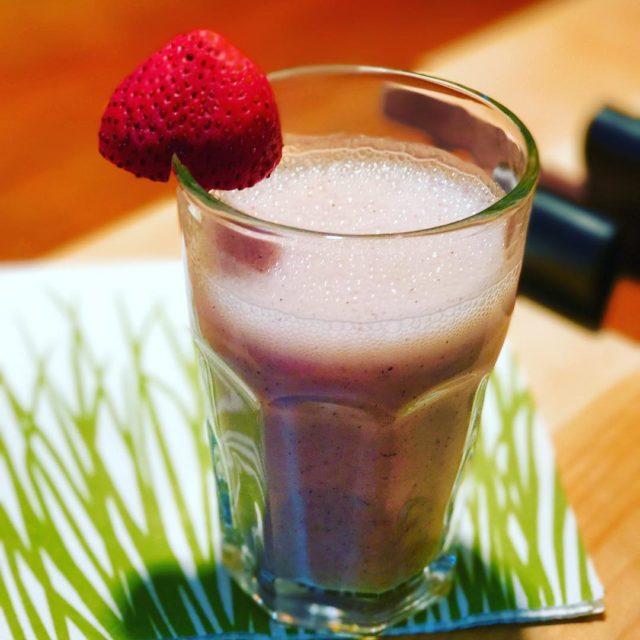 Pink smoothie fraises dragonfruit banane lait damandes graines de chiahellip